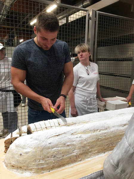 Stollenanschnitt beim Stollenfest beim Unser Bäcker aus Klipphausen